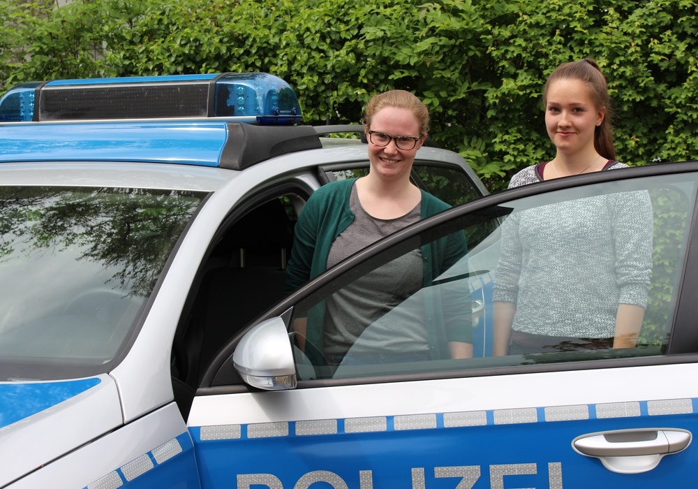 Alina Konrad (links) und Lina Heidrich befinden sich im Praktikumsstadium. Foto: Robert Braumann
