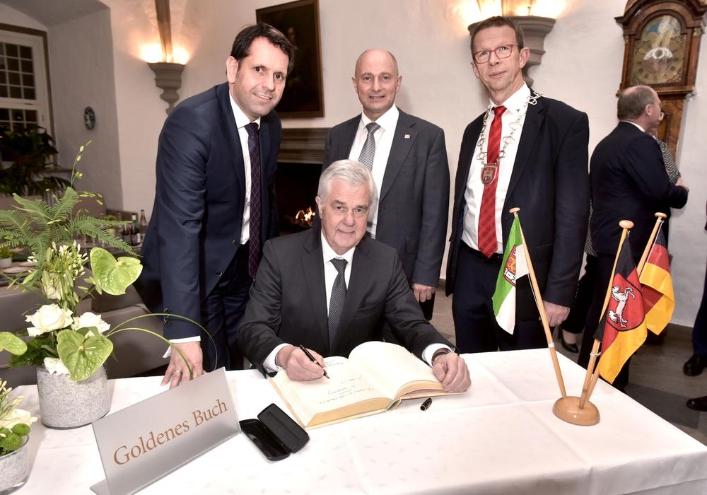 Minister Olaf Lies, Senator Frank Horch, Staatssekretär Rainer Bomba, Oberbürgermeister Klaus Mohrs. Foto: Lars Landmann