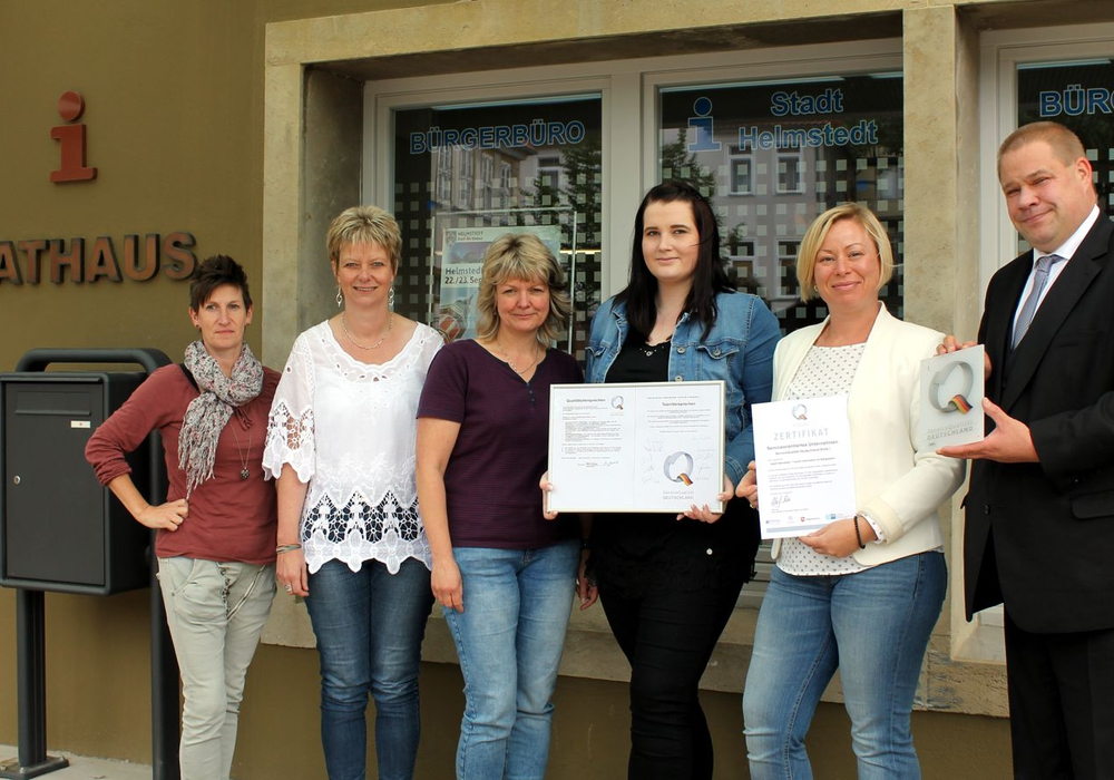Dörthe Schulze, Ute Loock, Kerstin Körner, Meggie Sophie Lentze, Ina Goschnick und Bürgermeister Wittich Schobert. Foto: Stadt Helmstedt