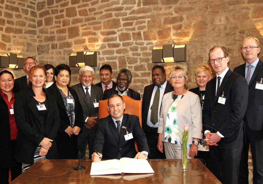 Die Delegation. Vorne Finanzminister Brown, rechts daneben Annegret Ihbe.