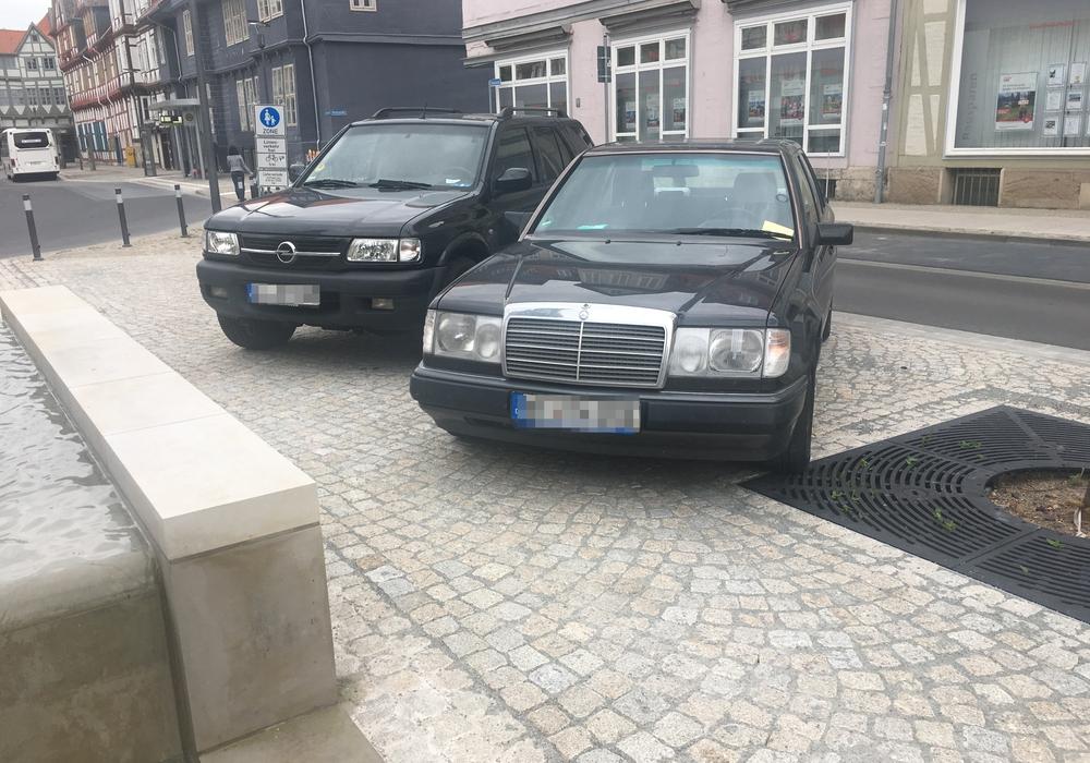 Schon mit einem Knöllchen bestraft: Die Falschparker an der Reichsstraße. Fotos: Stefan Brix