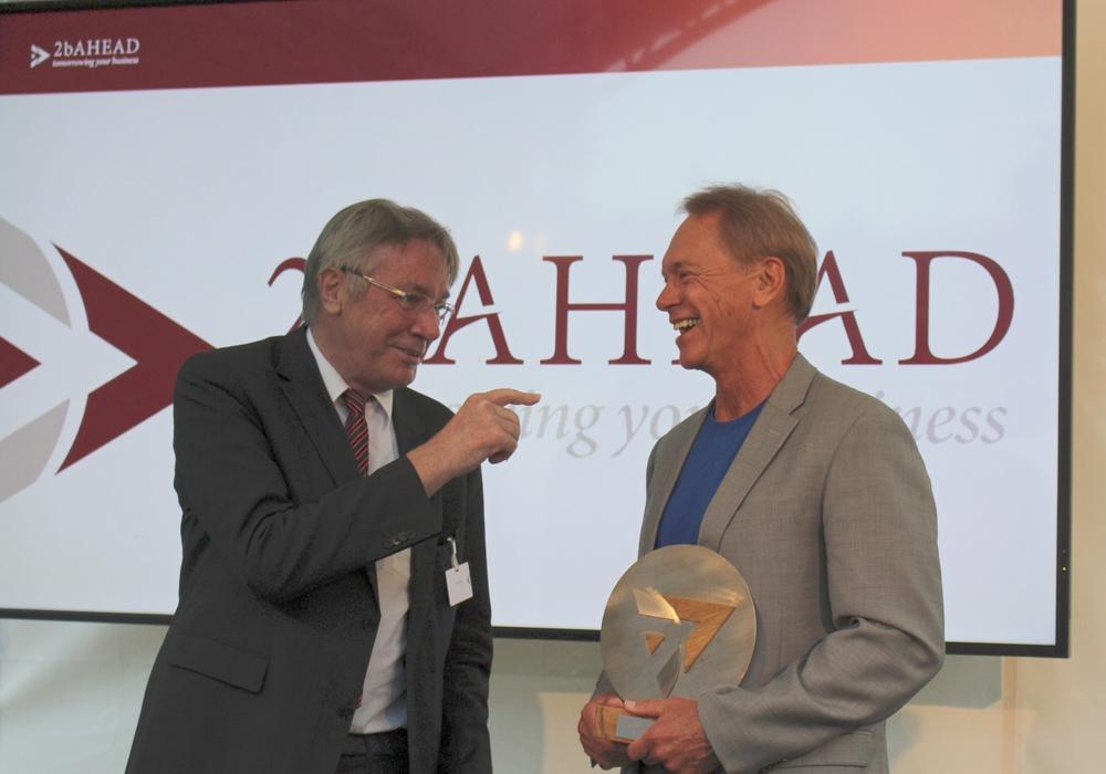 Horst Zuse, Sohn von Konrad Zuse, übergibt Bo Edward den Innovation Award 2017. Foto: Sandra Zecchino