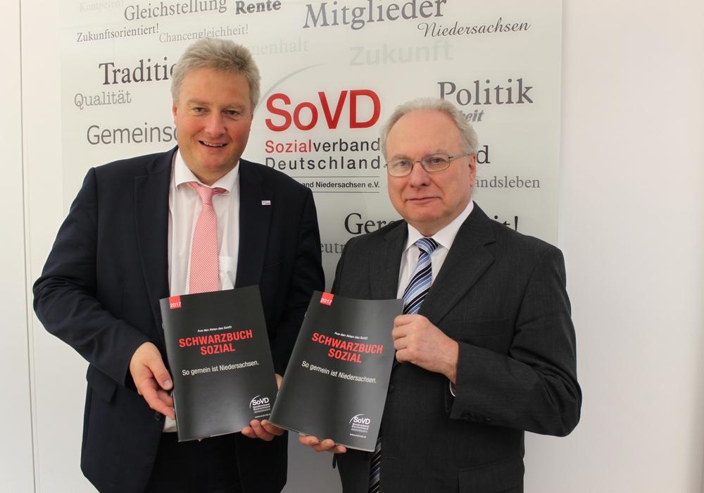 Dirk Swinke (links) und Bernhard Sackarendt vom SoVD Landesverband präsentieren das SoVD-Schwarzbuch. Foto: SoVD