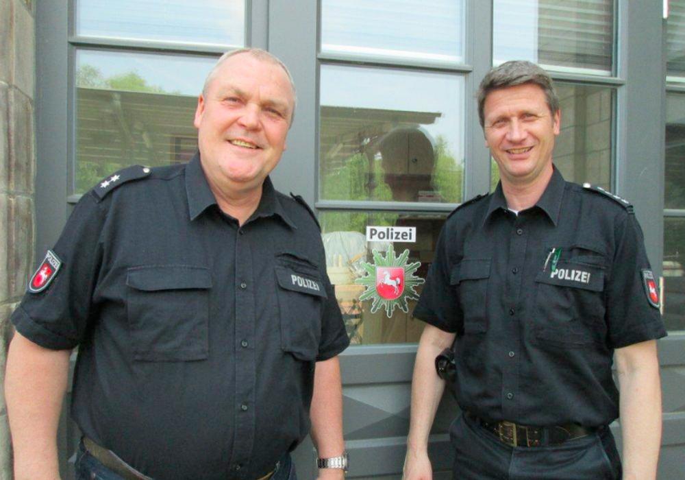 Die Polizeistation Börßum ist in den Historischen Bahnhof von Börßum umgezogen. Hans-Heinrich Brandes mit dem Leiter der Polizeistation Schladen  Axel Kontny vor dem neuen Dienstgebäude. Foto: Oppermann