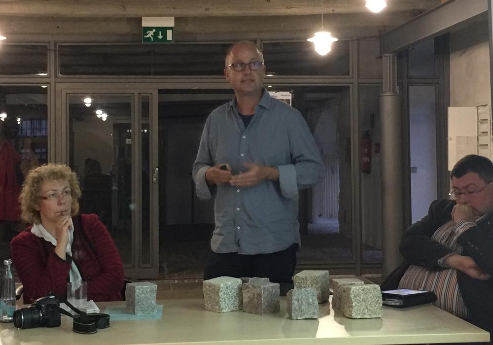 Landschaftsarchitekt Tobias Mann (Mitte) brachte Mustersteine mit in den städtischen Bauausschuss. Foto: Marc Angerstein
