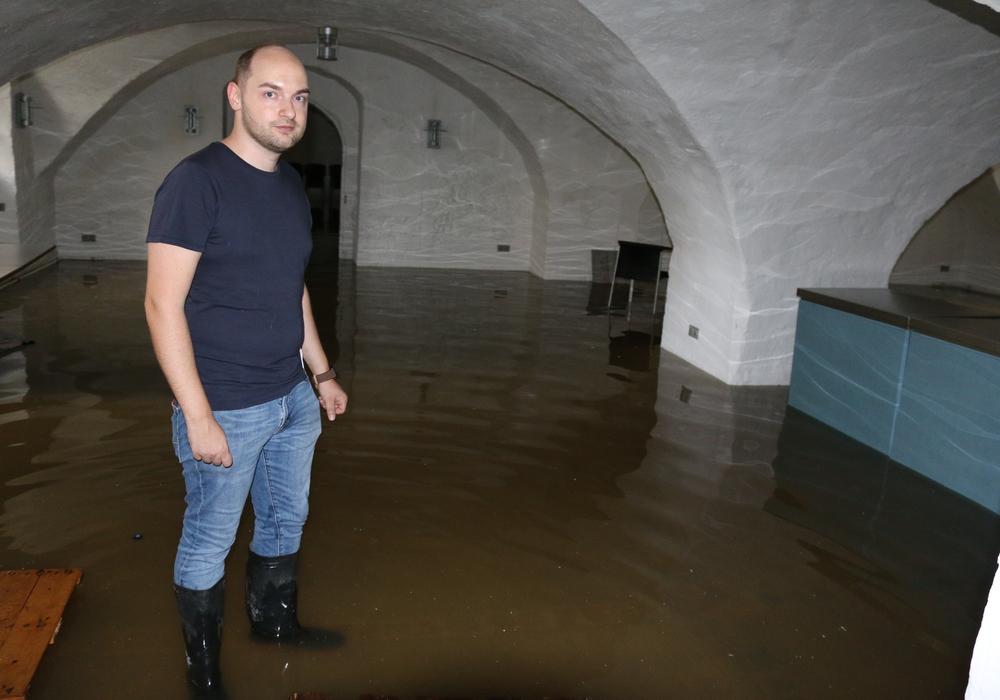 Sebastian Kirchner steht im mit Okerwasser gefluteten Gewölbe der Kommisse. Foto: Werner Heise