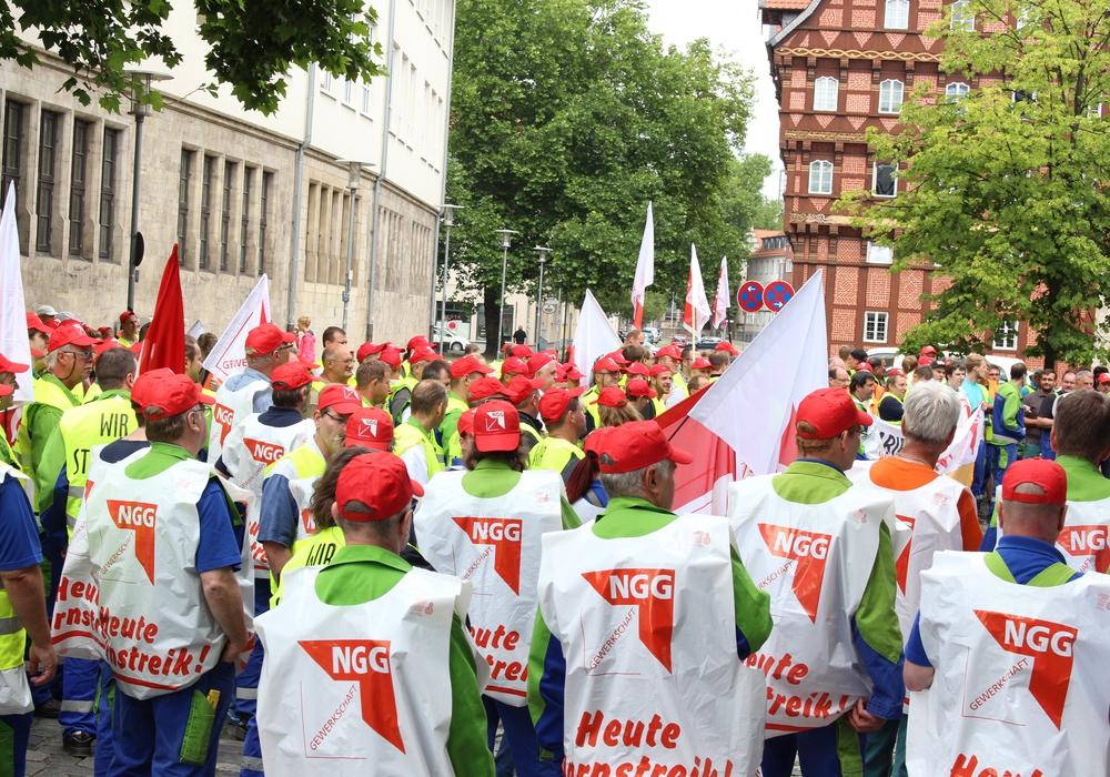 Über 180 Mitarbeiter von Nordzucker streiken für mehr Lohn. Fotos: Max Förster