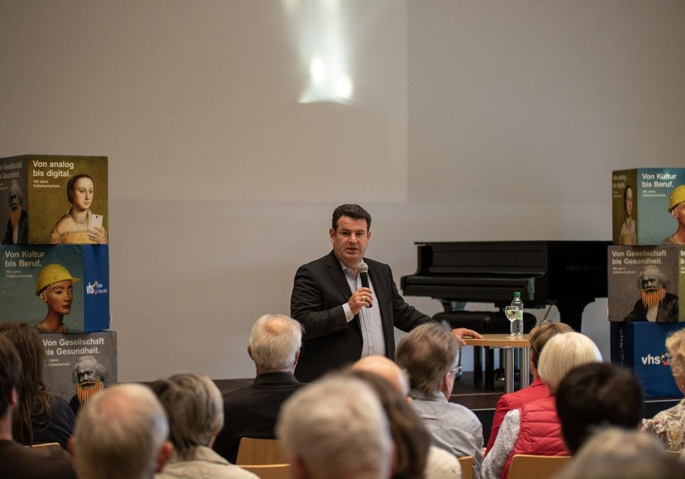 Gifhorner Bürgerinnen und Bürger diskutierten mit dem Bundestagsabgeordneten Hubertus Heil. Foto: Lukas Ratschko