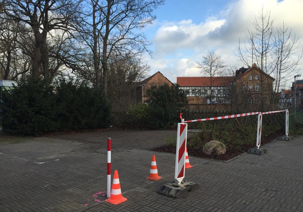 Nach Errichtung der Grünfläche wurden nun auch die Poller auf der Freifläche an der Brücke Marktstraße aufgestellt. Fotos: Max Förster