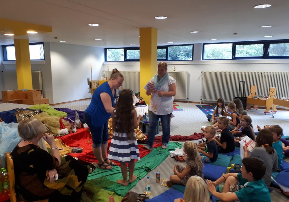 Maia (3. Klasse) erhält ihren Preis für 261 gelesene Bücher von Frau Klement und Frau Färber von der Stadtbibliothek. Foto: Stadt Salzgitter