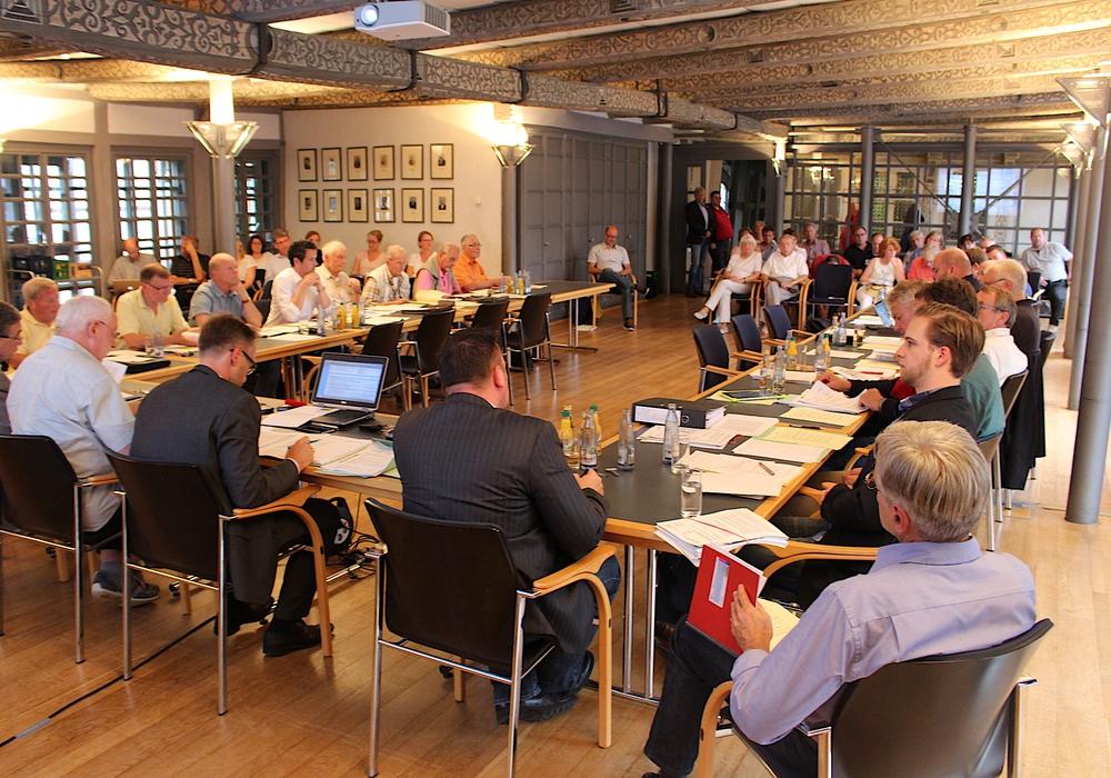 Zur Sitzung des Bauausschusses am Dienstag waren auch ungewöhnlich viele Bürger gekommen, um sich über das geplante Baugebiet Am Södeweg zu informieren. Foto: Alexander Dontscheff