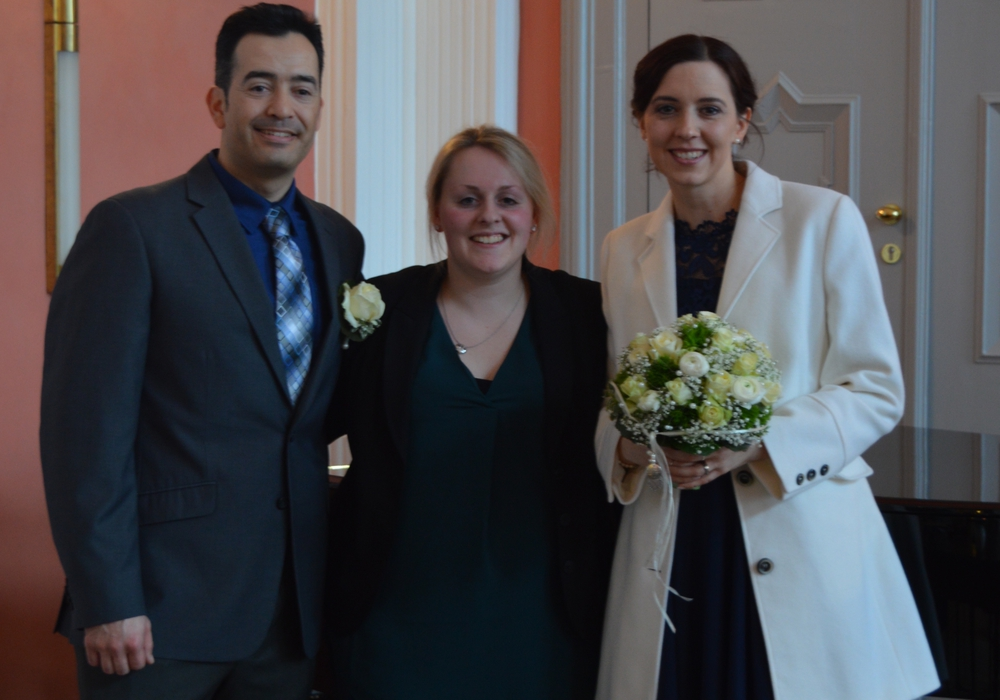 Standesbeamtin Alina Curland (mitte) mit Jessica und John McCollum. Foto: Privat