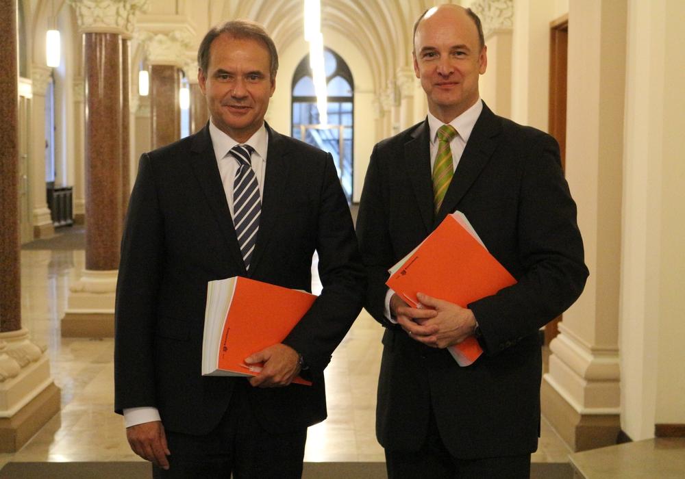 Oberbürgermeister Ulrich Markurth und Finanzdezernent Christian Geiger (von links). Foto: Robert Braumann