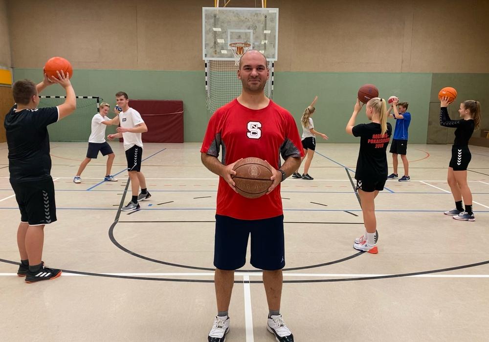 Trainer Serkan Serbest vermittelt den Jugendlichen Spaß am Sport.