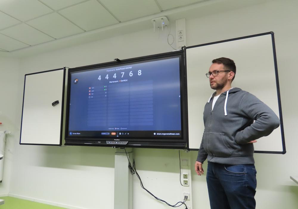 Michael Pipiorke erläutert die Funktionen der neuen Boards.