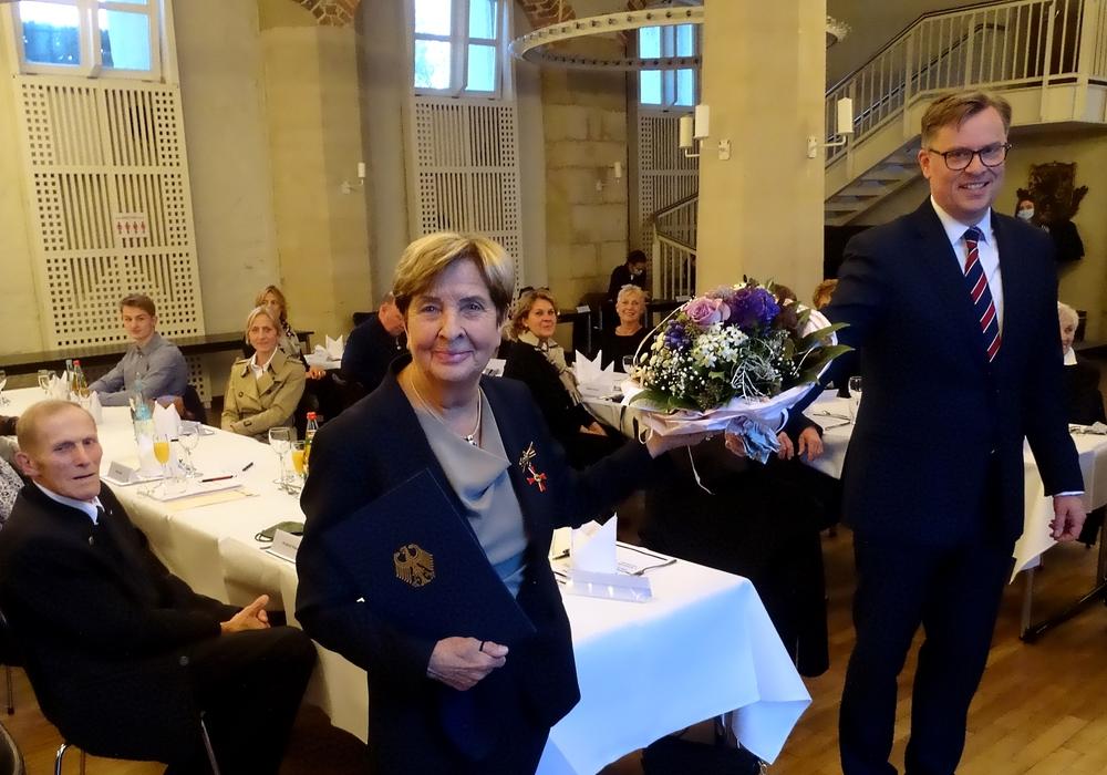 Ingrid Klopp nahm das Bundesverdienstkreuz aufgrund der aktuellen Corona-Regeln im kleinsten Kreis ihrer Familie und engen Wegbegleitern entgegen.