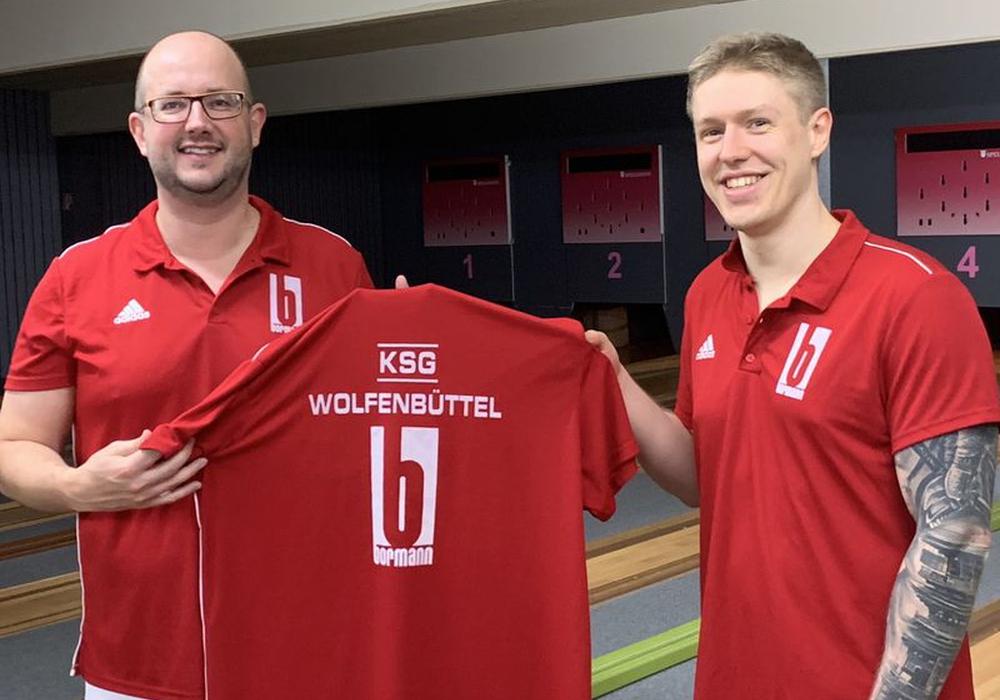 Christoph Deyerling (re.) bei der Trikotübergabe mit KSG-Chef Thomas Janitschke