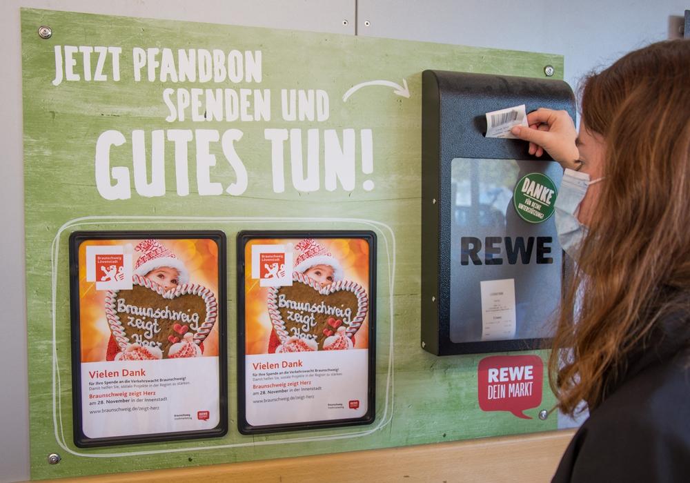 """Bei der Aktion """"Pfandtastisch"""" können Besucherinnen und Besucher ab sofort in REWE Märkten der Region ihren Pfandbetrag im Rahmen von """"Braunschweig zeigt Herz"""" für die Verkehrswacht Braunschweig spenden."""