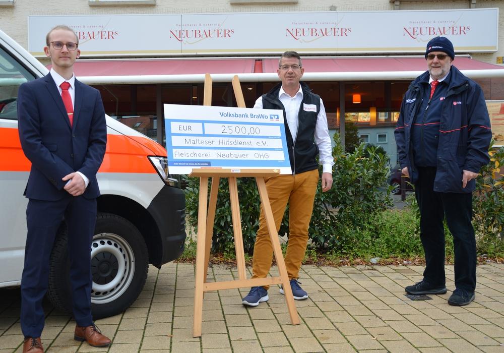 Gerne nehmen sie die Spende von Jens Neubauer (Mitte) entgegen: Malteser-Stadtbeauftragter Frank Stautmeister (rechts) und Christian Schmidt, Projektleiter des Malteser-Versorgungsbus (links).
