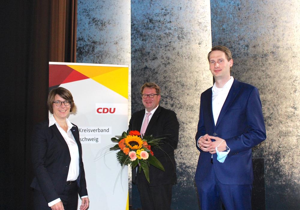 Von links: Beisitzerin Antoinette von Gronefeld, Carsten Müller und Markus Dino Krengel.