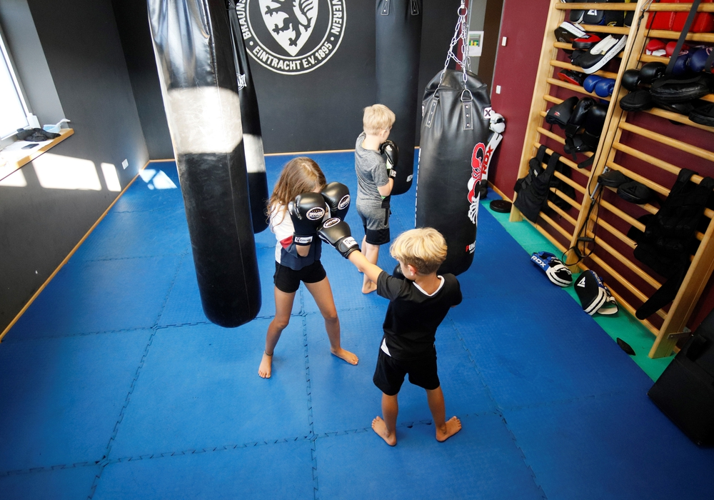 Die Kinder können sich in Selbstverteidigung probieren.