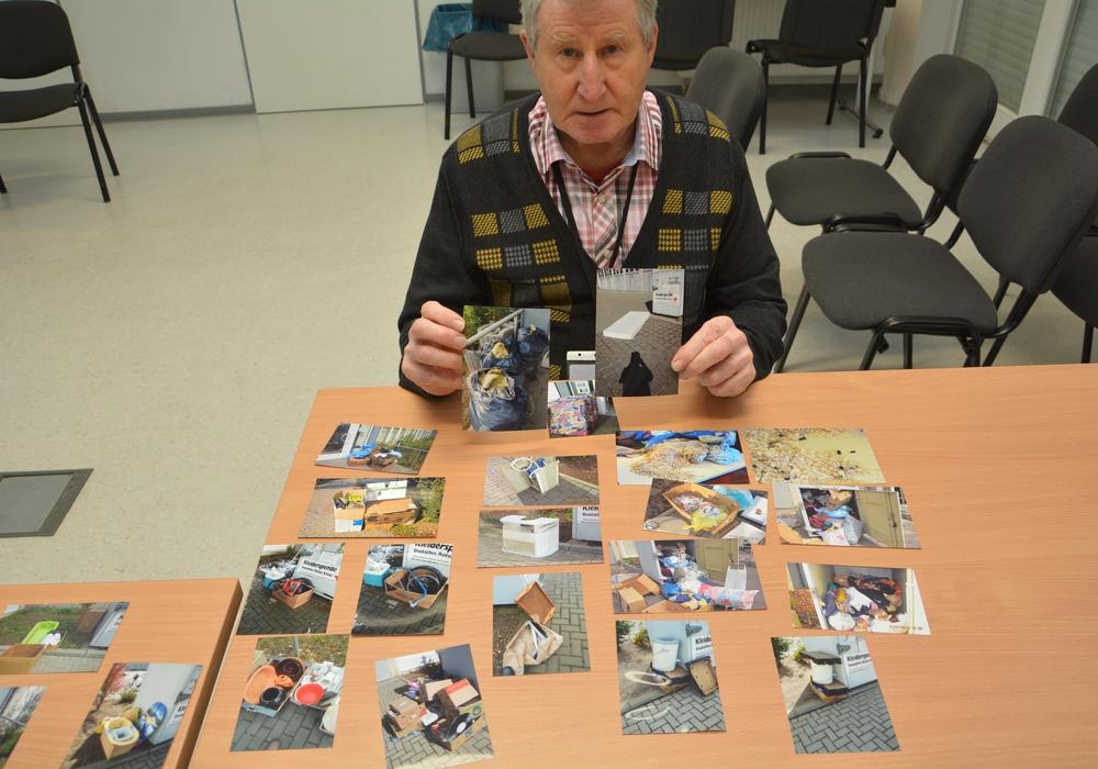 Joachim Korsch mit seiner erschreckenden Bildbeweisen jener Mülltüten und anderer Sperrmüll-Gegenstände, die er immer wieder vor der DRK-Kleiderkammer am Exer findet – und entsorgen muss.