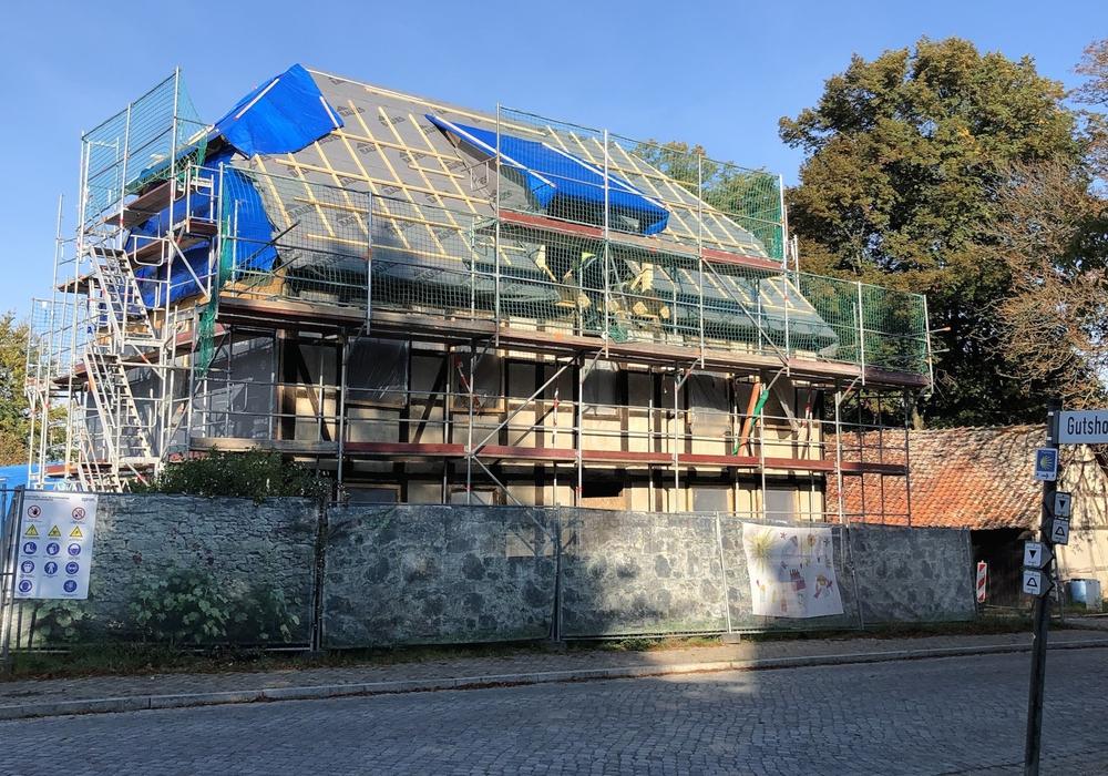 Wiederaufbau und Sanierung gehen voran: In das ehemalige Forsthaus sollen im Früjahr 2021 KiTa und Kindertagesstätte einziehen.
