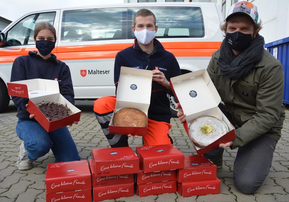 """Fabian Haars, Vorstandsvorsitzender von """"Cheer's Kitchen"""" (rechts) mit den Maltesern Lea Klipan (links) vom Hausnotruf und Rettungssanitäter Lukas Schaller."""