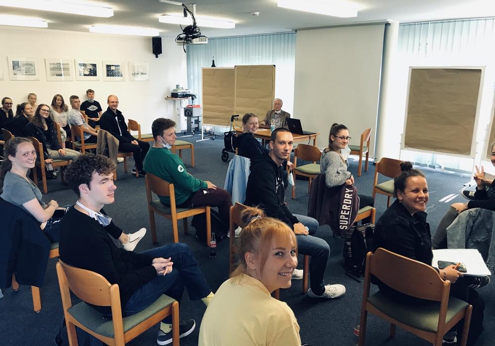 Die Schüler des Kurses Darstellendes Spiel im Zeitzeugengespräch mit Rolf Owczarski.