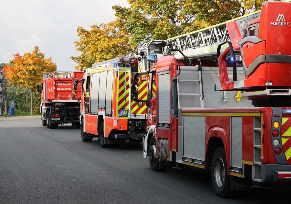 Die Feuerwehr war mit mehreren Fahrzeugen angerückt.