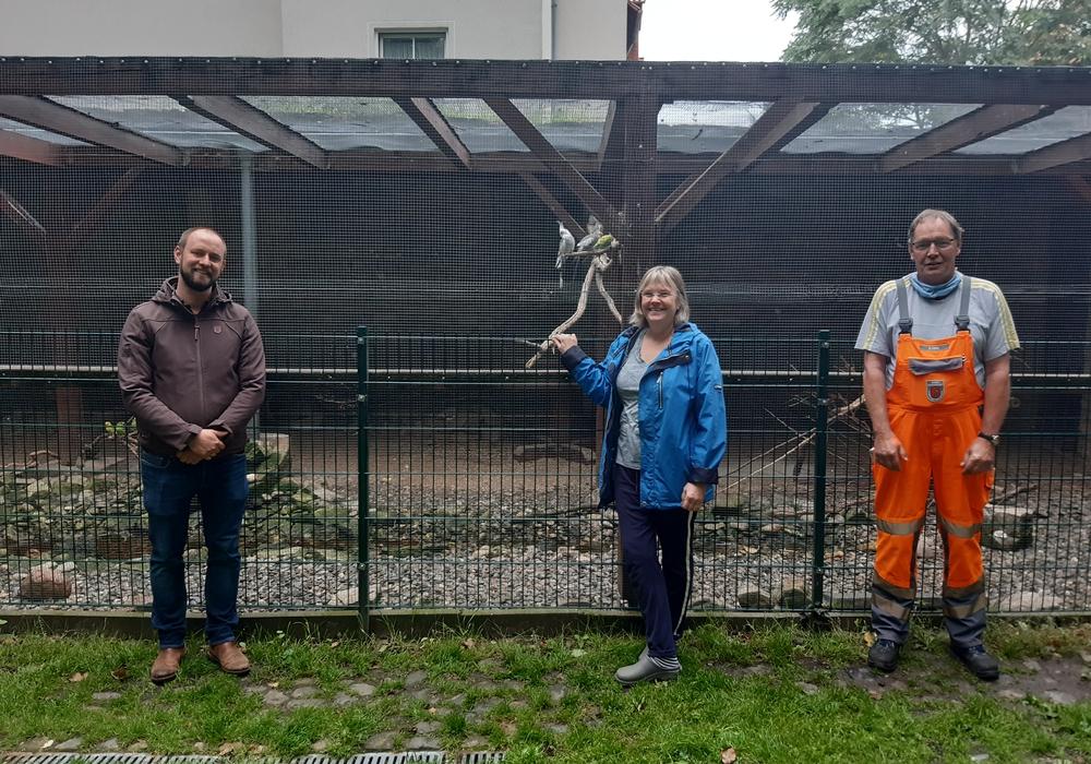 (v.li.): Bürgermeister Malte Schneider, Christiane Willeke- Sonnenbrodt und Günter Heine vom Städt. Betriebshof inspizieren die Vogelvoliere im Wallgarten.