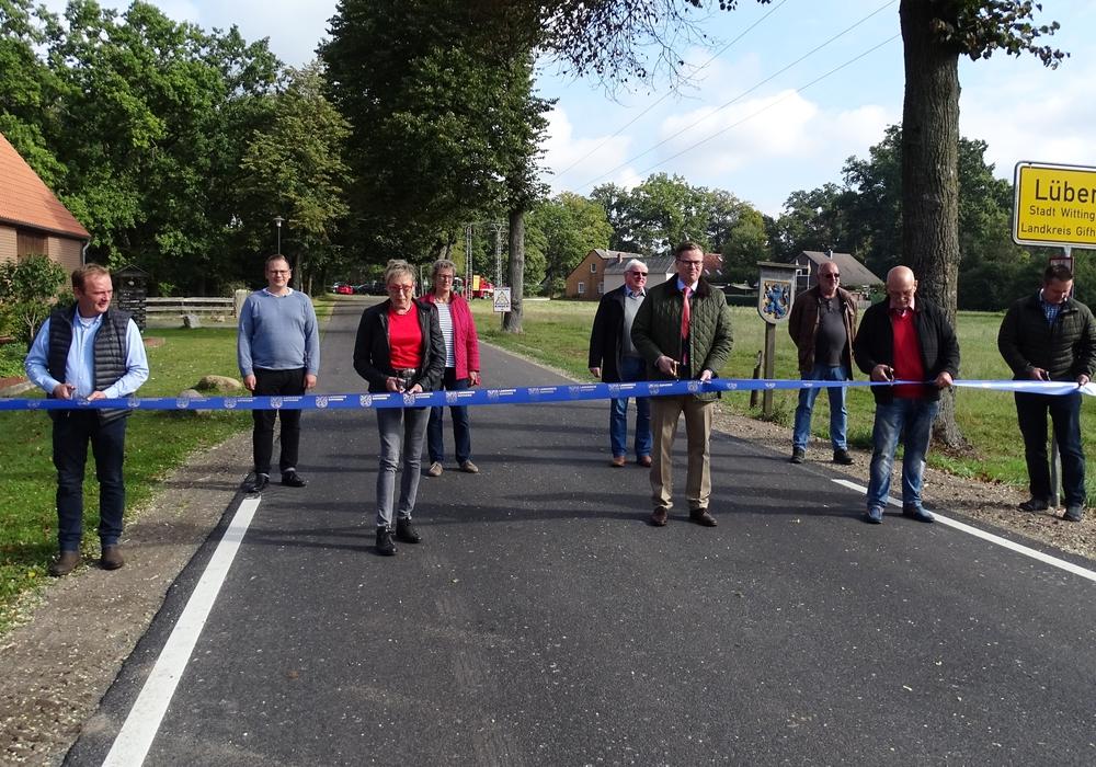 Landrat Dr. Andreas Ebel weihte mit einigen Gästen die sanierte Kreisstraße 17 zwischen Lüben und Stöcken ein.