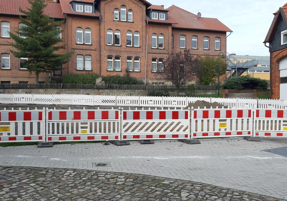 Immer wieder verschaffen sich Fußgänger unbefugt Zutritt zu der Baustelle - das kann gefährlich werden.
