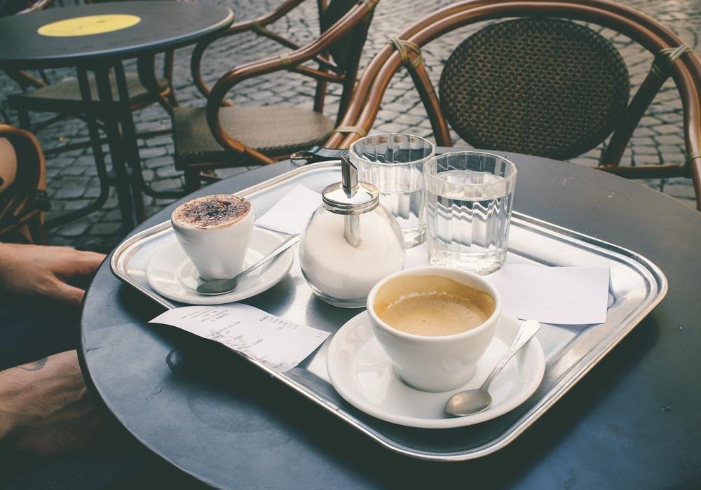 Cafes und Restaurants sind seit Montag wieder geschlossen. Mit der Abholung oder Lieferung von Speisen können viele aber noch unterstützt werden. (Symbolbild)