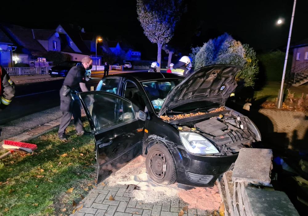 Ein Auto fuhr am Freitagabend in die Grundstücksmauer eines Wohnhauses.