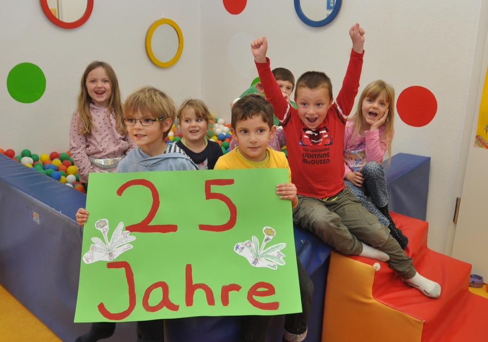 Kinder der Biber- und der Schneckengruppe des Löwenzahn feiern den 25. Geburtstag ihres Sprachheilkindergartens im Bällebad.