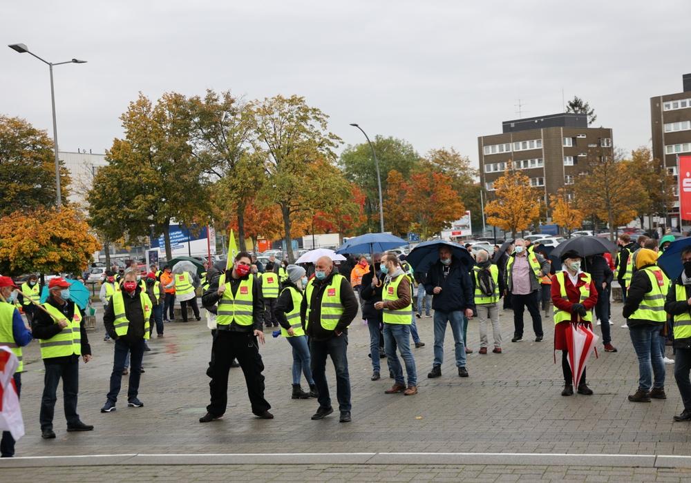 Gut 100 Menschen nahmen an der Kundgebung in Salzgitter teil.