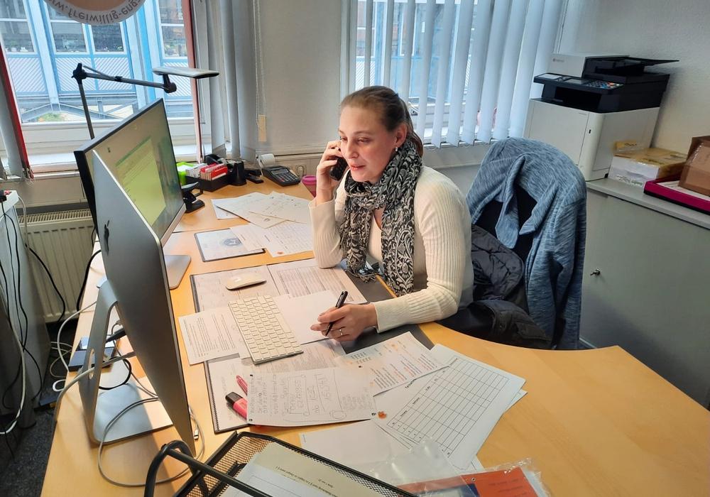 Steffi Bischoff nimmt im Büro der Freiwilligenagetur Anrufe entgegen.