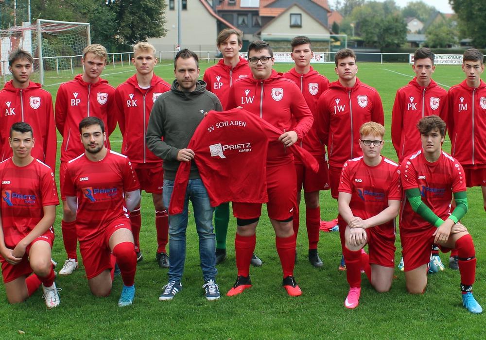 Die Jugendfußballer des SV Schladen erhielten neue Trikots.