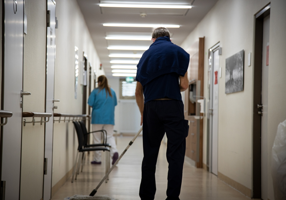 Reinigungskraft im Krankenhaus: Wer in Pandemie-Zeiten für Sauberkeit und Hygiene sorgt, macht einen unverzichtbaren Job, sagt die IG BAU und fordert mehr Geld für die Beschäftigten.