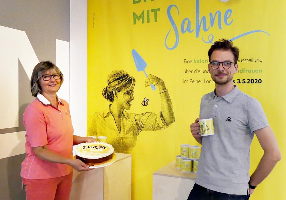 """Cornelia Könneker (Landfrauen Kreis Peine) und Francisco Vogel (Kreismuseum Peine) freuen sich über die Spendenbereitschaft der Besucherinnen Besucher der Ausstellung """"Aber bitte mit Sahne"""""""