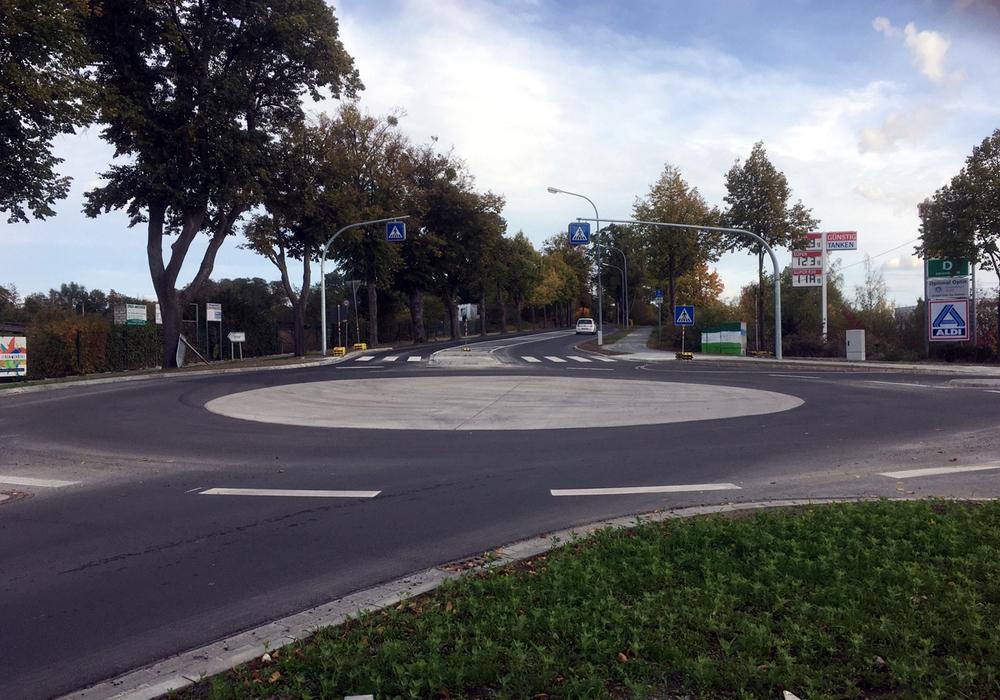 Der neue Kreisverkehr kann nun befahren werden.