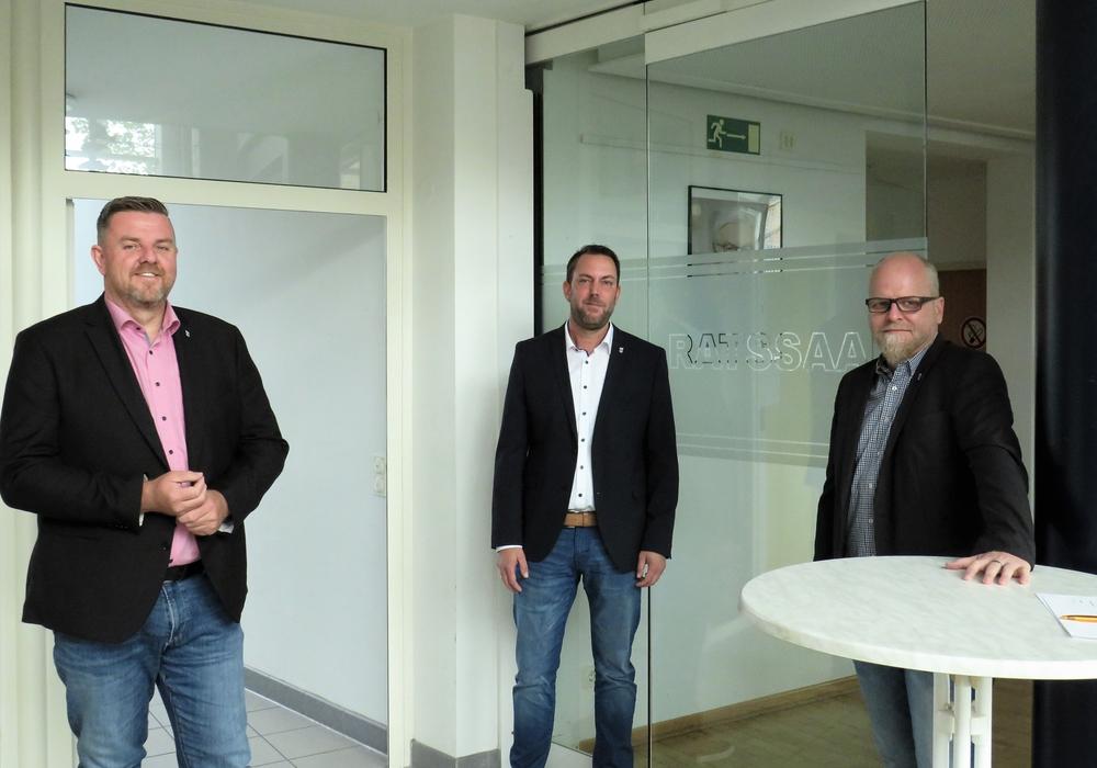 Wieder komplett: Bürgermeister Andreas Busch (l.) mit seinen allgemeinen Vertretern Tobias Breske (r.) und André Schulz (Mitte).