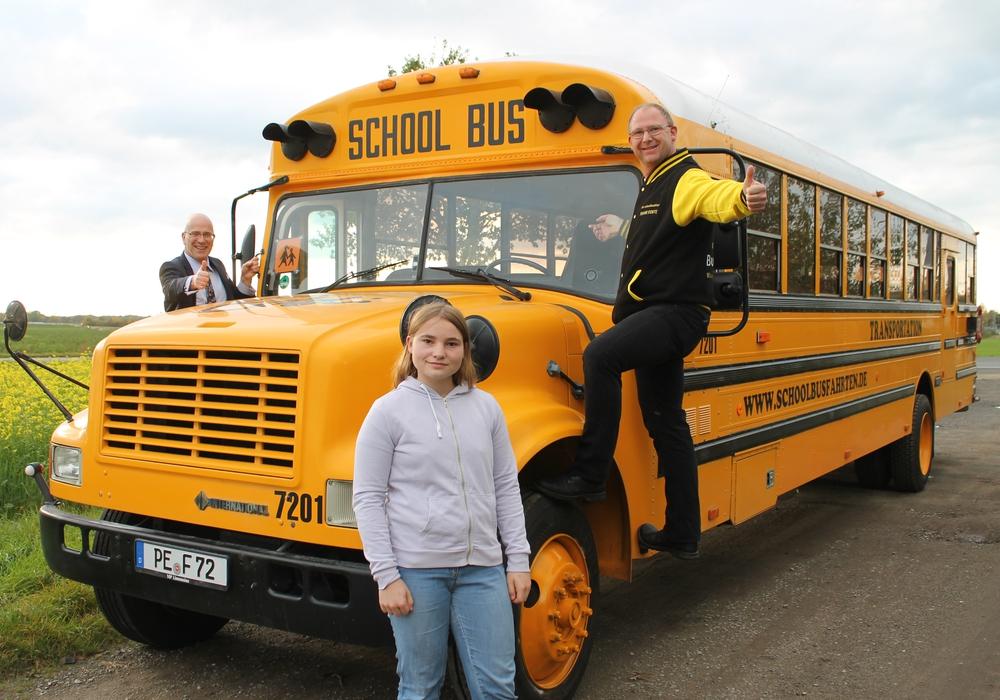 Machen Kilometer für die gute Sache: Stefan Honrath (l.), Botschafter von United Kids Foundations im Landkreis Peine, ist begeistert vom Engagement von Anna (m.) und Frank Korte (r.) von der Firma Schoolbusfahrten.