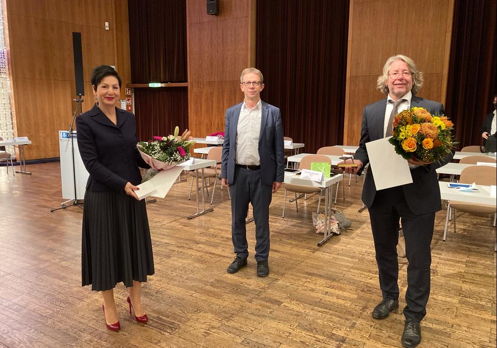 Oberbürgermeister Klaus Mohrs (Mitte) ehrte Immacolata Glosemeyer (links) und Hans-Georg Bachmann (rechts) in der Ratssitzung am 28.10. für ihr langjähriges Engagement.