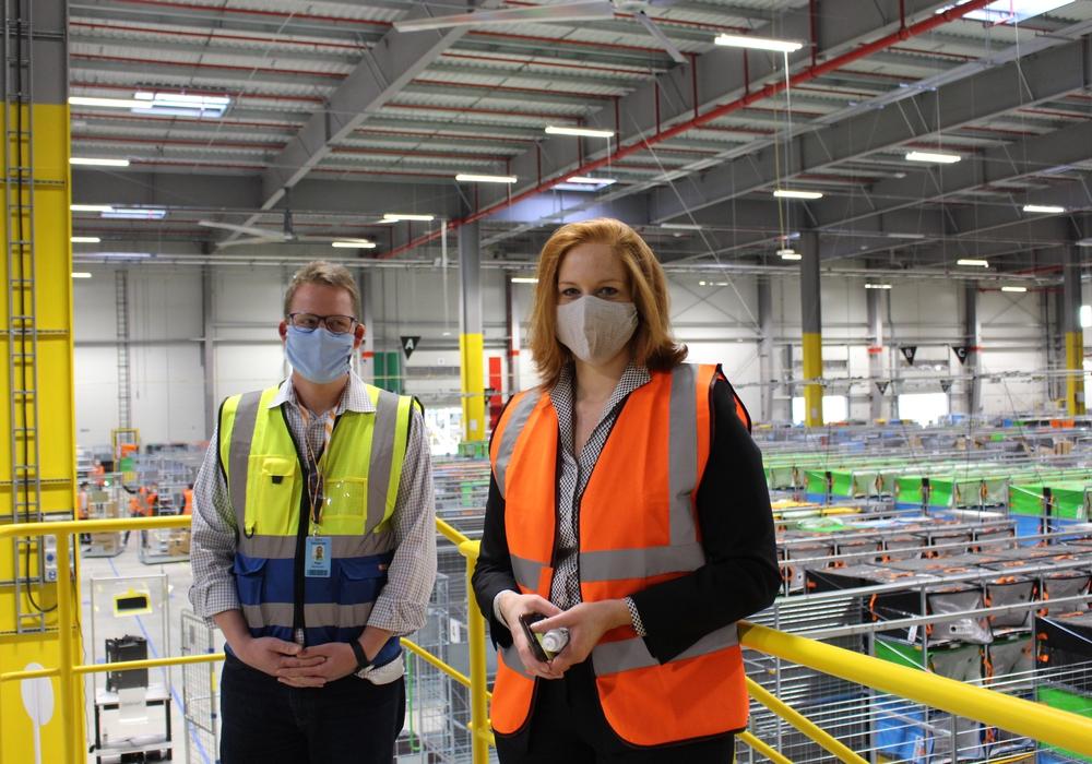 Ingo Beckmann wird in Zukunft dafür sorgen, dass die Pakete ihren Weg zu den Kunden finden. Hier zusammen mit Bürgermeisterin Maren Wegener.