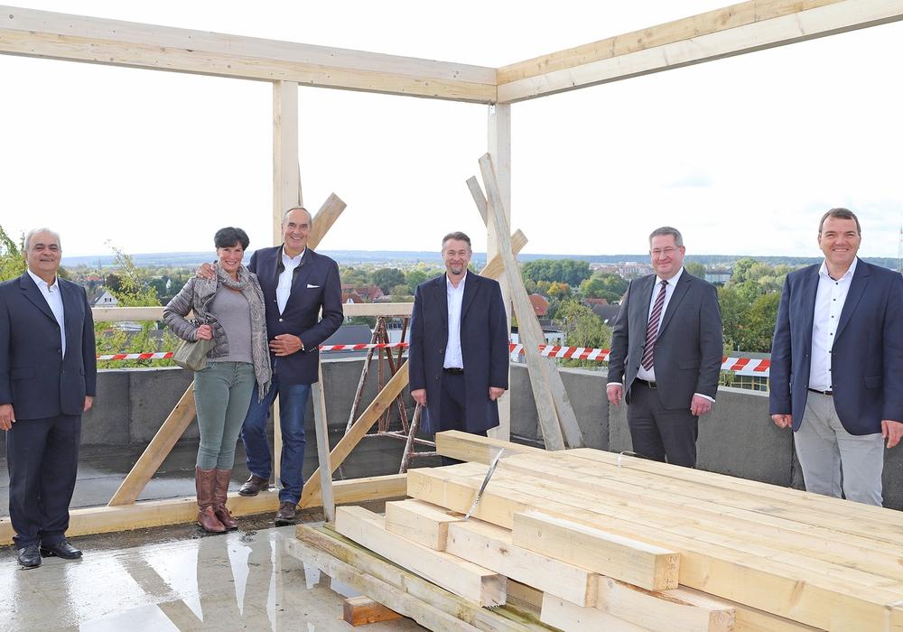Zum Richtfest hatten sich Bauschaffende, Investoren und zukünftige Mieter auf der Dachterrasse des zweiten Ärztehauses eingefunden.