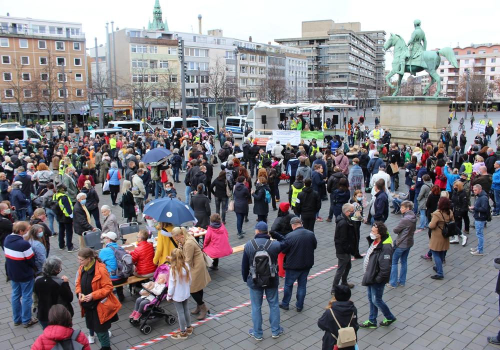 """Rund 500 Menschen nahmen am 31. Oktober an einer """"Querdenken""""- Kundgebung auf dem Schloßplatz teil. Am morgigen Montag will """"Querdenken 53"""" eine weitere Demonstration veranstalten."""