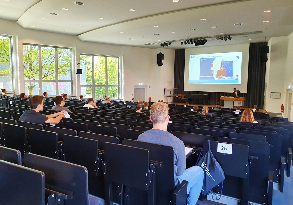 Die Erstsemesterstudierenden der Fakultät Maschinenbau wurden in Kleingruppen im Audimax an der Ostfalia am Campus Wolfenbüttel begrüßt.