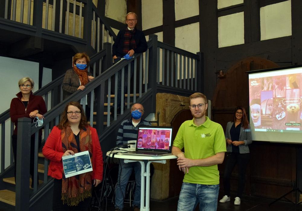 Elke Brummer vom Mönchehaus Museum (auf der Treppe von links), Annelies Tschupke und Hans Georg Ruhe von Pulse of Europe Goslar sowie Marleen Mützlaff, Fachbereichsleiterin Kultur (vorn von links), Horst Eysel von Pulse of Europe, Stadtjugendpfleger Joshua Friederichs und Nina Sturde von der Goslar Marketing GmbH wollen die Goslarer Jugend auf das europaweite Kunst- und Klimaprojekt von Kaiserringträger Olafur Eliasson aufmerksam machen.